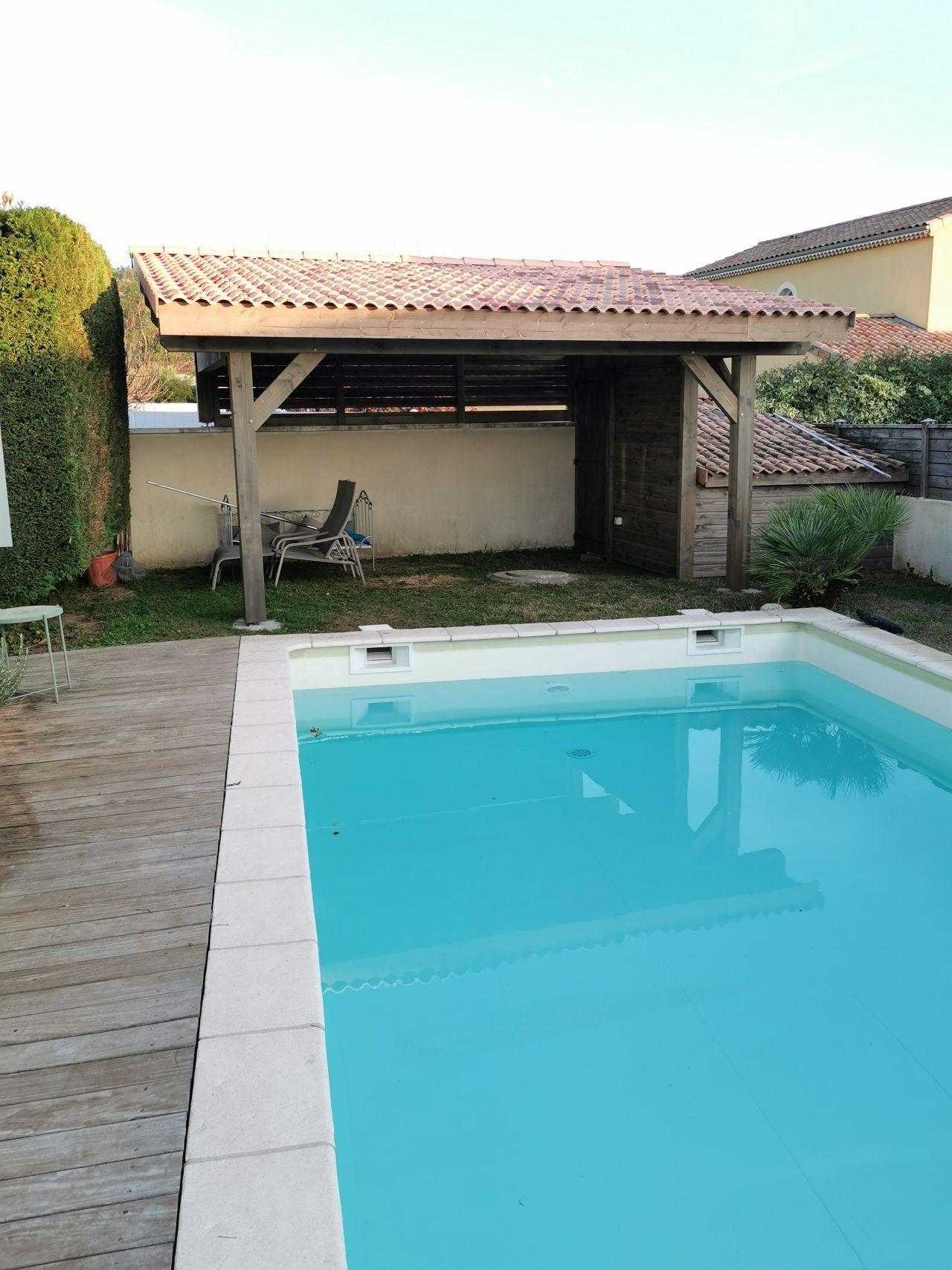 Pool-house-avec-volige_-bardage_-porte_-persiennes